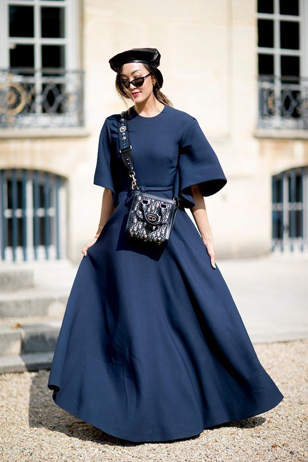 Sắc xanh dương cũng lên ngôi tại sự kiện thời trang này. Trong đó, xanh navy và xanh cobalt là hai đại diện tiêu biểu nhất.