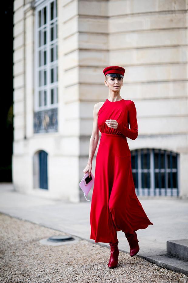 """Dễ thấy, sắc đỏ rực rỡ cũng là xu hướng """"phủ sóng"""" đường phố Paris xuyên suốt thời gian diễn ra sự kiện Tuần lễ Thời trang Paris"""
