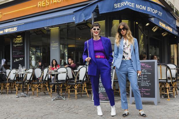 Hai cô nàng này xuống phố với phong cách thật thời trang và thanh lịch. Lựa chọn tone màu xanh nhã nhặn, đơn giản nhưng cả hai đều biết tạo điểm nhấn cho set đồ của mình.