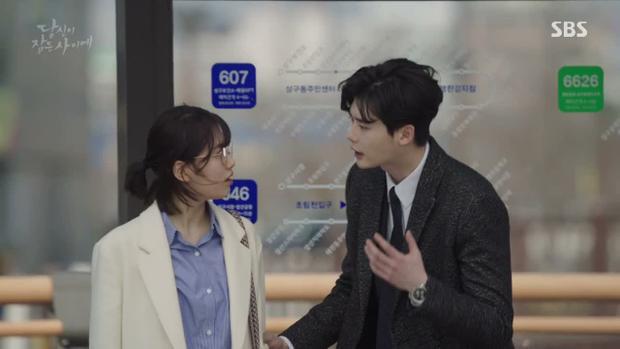 Jae Chan cố gắng thuyết phục Hong Joo nhưng có vẻ anh chàng ăn nói quá tệ.