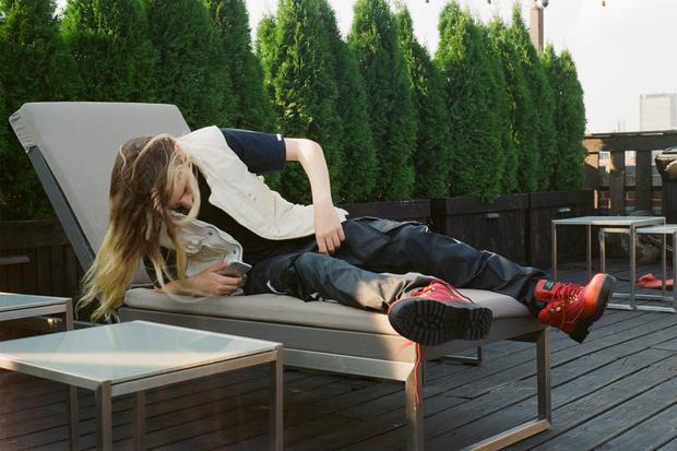 Không thể thiếu items thời thượng như khoác jeans trắng phối cùng boots cao cổ đỏ.