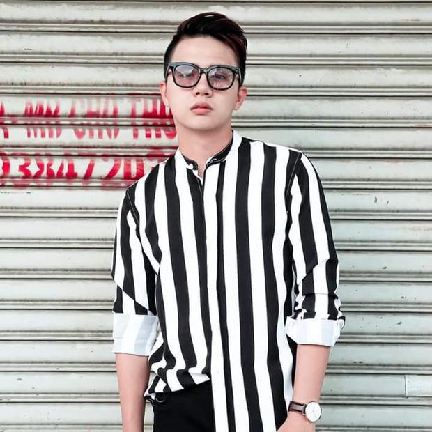 Cả hai cùng chọn cho mình họa tiết sọc dọc trắng đen, nhưng trong khi Duy Khánh chọn tay dài để tạo sự lịch lãm, cá tính.