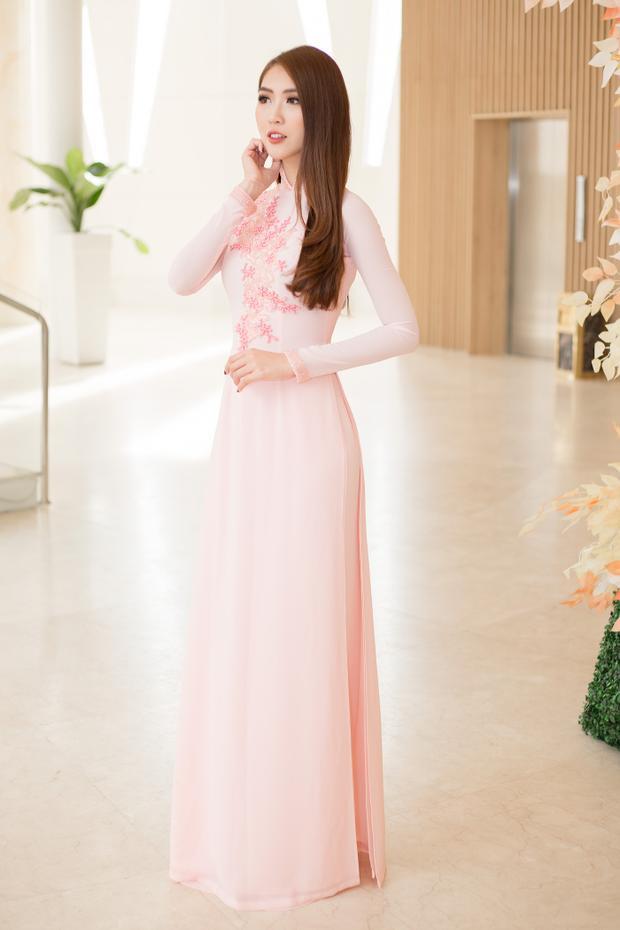 """Xuất hiện giản dị trong tà áo dài truyền thống Việt Nam, Tường Linh nhận được nhiều lời khen ngợi từ khách mời cho vẻ đẹp """"không tỳ vết"""" của mình."""
