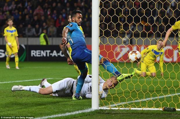 Walcott sớm lập cú đúp cho Arsenal chỉ sau 22 phút thi đấu.