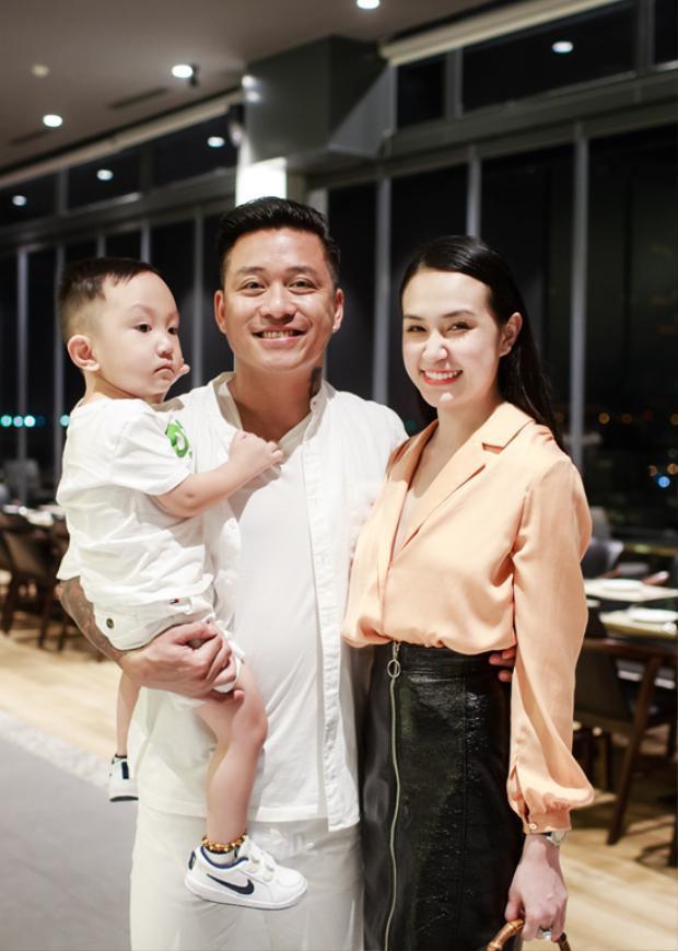 Trong khi đó, bà xã Thu Hương lại trẻ trung và khá sành điệu.
