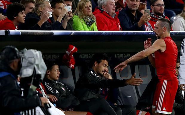 Franck Ribery tỏ ra không hài lòng về Ancelotti bằng cách ném áo.