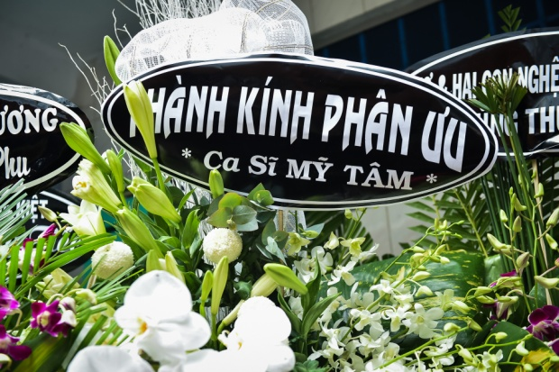 Dù bận rộn công việc nhưng nữ ca sĩ Mỹ Tâm vẫn gửi lẵng hoa đến chia buồn với gia đình nghệ sĩ Khánh Nam.