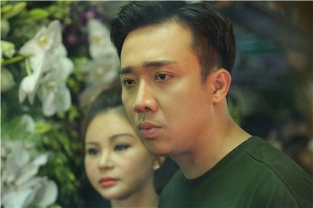 Gương mặt đượm buồn của Trấn Thành khi chứng kiến sự ra đi đột ngột của đàn anh.