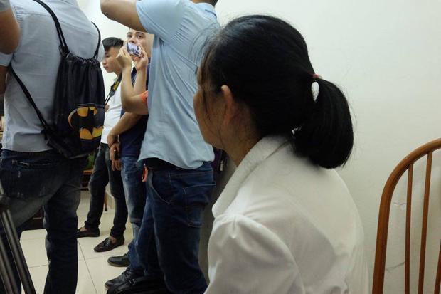 Mẹ của bị cáo Hùng ngồi thất thần trong phòng xét xử, ánh mắt buồn tủi.
