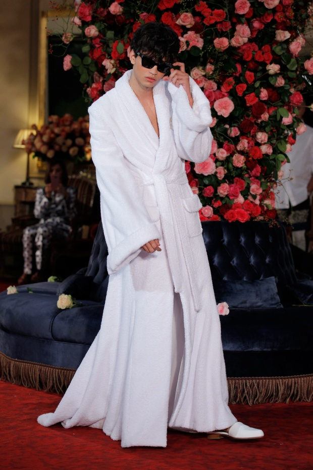 """Chất liệu, kiểu dáng của bộ sưu tập đều được lấy cảm hứng từ những nhân vật làm việc tại khách sạn, cũng như vị khách VIP tại đây. Bộ sưu tập Xuân hè 2018 là một ngày hoạt động tại khách sạn từ sáng sớm đến buổi dạ tiệc tối. Buổi sáng tại khách sạn """"Palomo Spain"""" với chiếc váy được lấy cảm hứng hoàn toàn từ áo choàng tắm."""