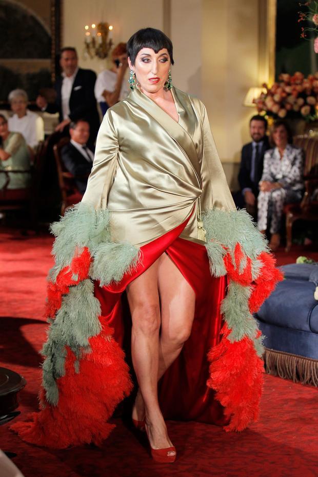 """Có thể nói Palomo Spain đã gây được cú hít lớn trong làng mốt thế giới với những thiết kế táo bạo, phi giới tính cho nam giới. Thành công không chỉ nằm ở việc mẫu nam """"mặc váy"""" mà đó còn là sự tinh tế trong kiểu dáng, chất liệu, họa tiết và cách phối màu mang đậm chất Tây Ban Nha, quê hương của nhà thiết kế tài năng."""