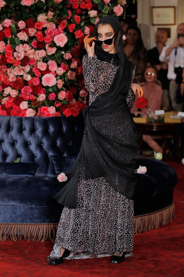 """Không khí của buổi diễn đã được """"đốt cháy"""" với mẫu thiết kế dạ hội dành cho buổi tiệc tối tại khách sạn """"Palomo Spain"""". Các người mẫu nam sải bước trong những trang phục của Palomo Spain và khách mời cũng không ngừng reo hò, hoà mình mình vào dạ tiệc thời trang tại khách sạn của nhà thiết kế Tây Ban Nha."""