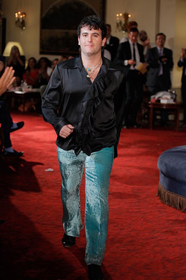 Nhà thiết kế Palomo Spain trong trang phục sơ mi cổ rũ bằng chất liệu satin, mang âm hưởng disco của thập niên 70s về trước.