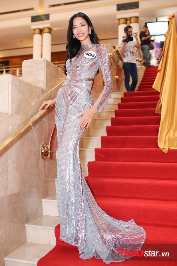 Hoàng Thùy khoe nhan sắc rạng rỡ, toát lên thần thái của một đương kim Hoa hậu tương lai. Có kinh nghiệm làm người mẫu và từng sải chân trên nhiều sàn diễn thời trang, nhưng Hoa hậu Hoàn vũ Việt Nam là cuộc thi mà cựu HLV The Face Vietnam 2017 muốn chinh phục.