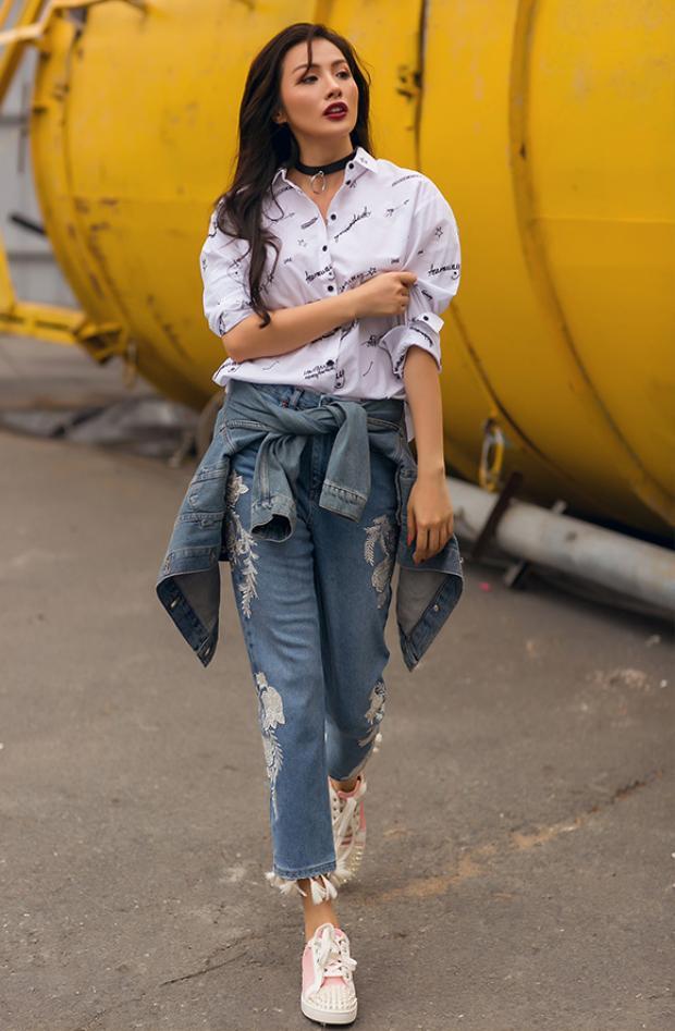 Nữ diễn viên dạo phố với bộ cánh sơ-mi kết hợp quần jeans rách, điểm nhấn là áo denim cột ngang hông. Giày bata mang đến cảm giác thoải mái khi tản bộ.