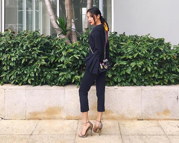 Trên đường phố, Trương Nhi nổi bật vớt set đồ màu đen, giày xám và túi xách đeo chéo hợp tổng thể. Lợi thế chiều cao, gương mặt cá tính giúp cô dễ dàng ứng dụng nhiều style, ngaycả màu đen cũng không khiến người mặc già dặn.