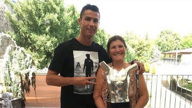 Một lựa chọn được nhiều ủng hộ là đặt tên bé Maria như tên mẹ của Ronaldo: Maria Dolores dos Santos Aveiro.