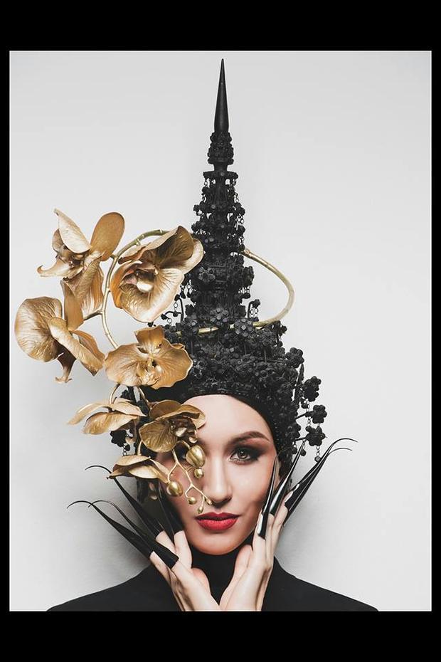 Người đẹp Thái Lan chỉ hé lộ một phần trang phục nhưng cũng đủ cho thấy độ cầu kỳ của nó.