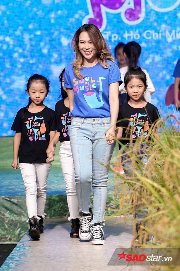 Đồng hành cùng cô là những học trò nhí của cựu siêu mẫu Xuân Lan.