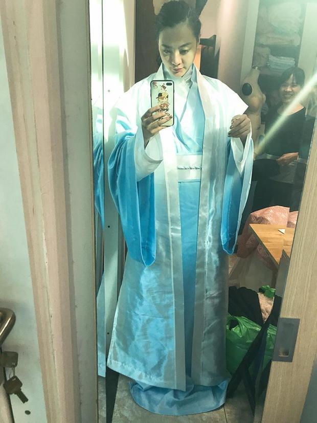 Trang phục của Tuấn Trần sẽ có màu xanh da trời, nhẹ nhàng.