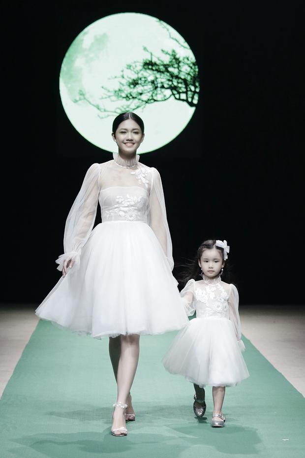"""Đặc biệt, buổi trình diễn có sự góp mặt của """"vedette"""" Hồng Quế và con gáiCherry, ngoài Á hậu Thanh Tú tươi tắn mở màn, cùng Quán quân Next Top Model 2016 Ngọc Châu."""
