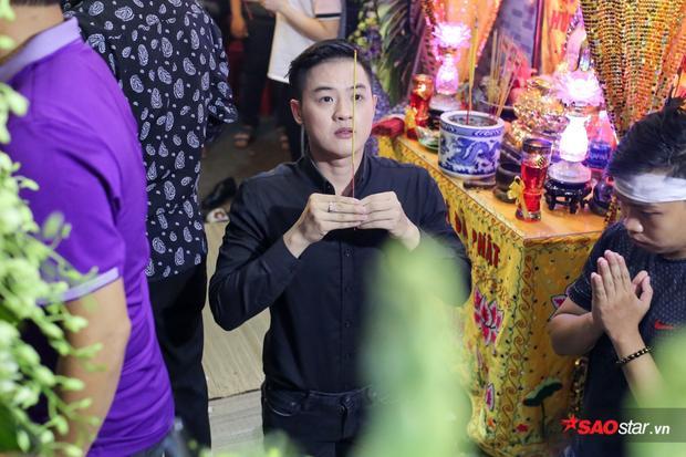 Ca sĩ Thanh Duy thắp nén nhang tiễn biệt một người anh trong nghề.