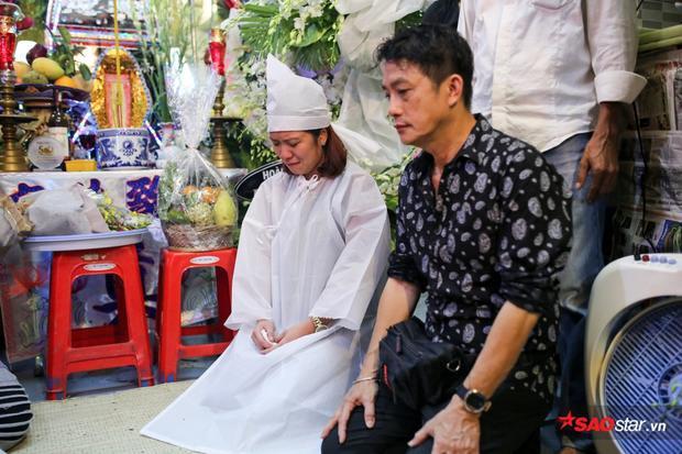 Những ngày qua, anh trai của Khánh Nam (áo sơ mi) cố nén đau thương để lo hậu sự cho em mình.