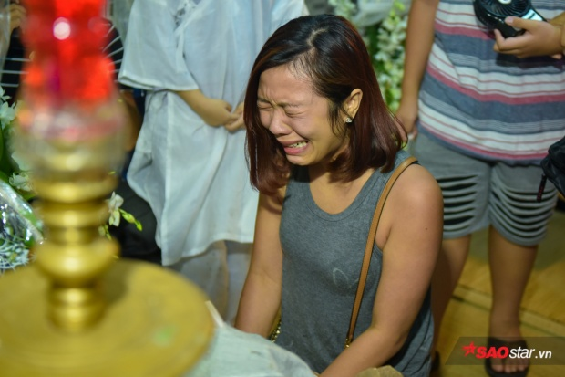 Con gái Khánh Nam khóc nấc trước linh cữu của bố.