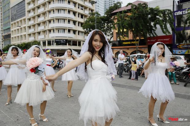 Hình ảnh cô dâu trong bộ váy trắng thu hút người qua đường ở phố đi bộ Nguyễn Huệ.