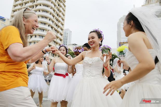 Một du khách nước ngoài thích thú tham gia nhảy cùng.
