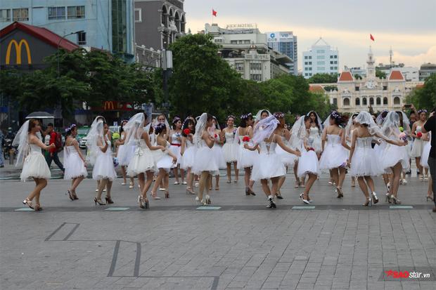 Hàng chục cô dâu, chú rể nhảy flashmob khiến phố đi bộ Nguyễn Huệ tắc nghẽn