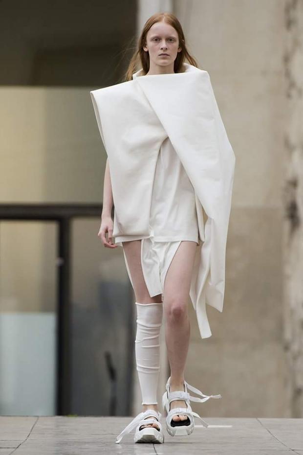 """Mẫu thiết kế với form dáng kì lạ, cấu trúc trang phục lạ mắt cùng lối mang vớ """"một mất một còn"""" thể hiện tư duy của Rick Owens."""