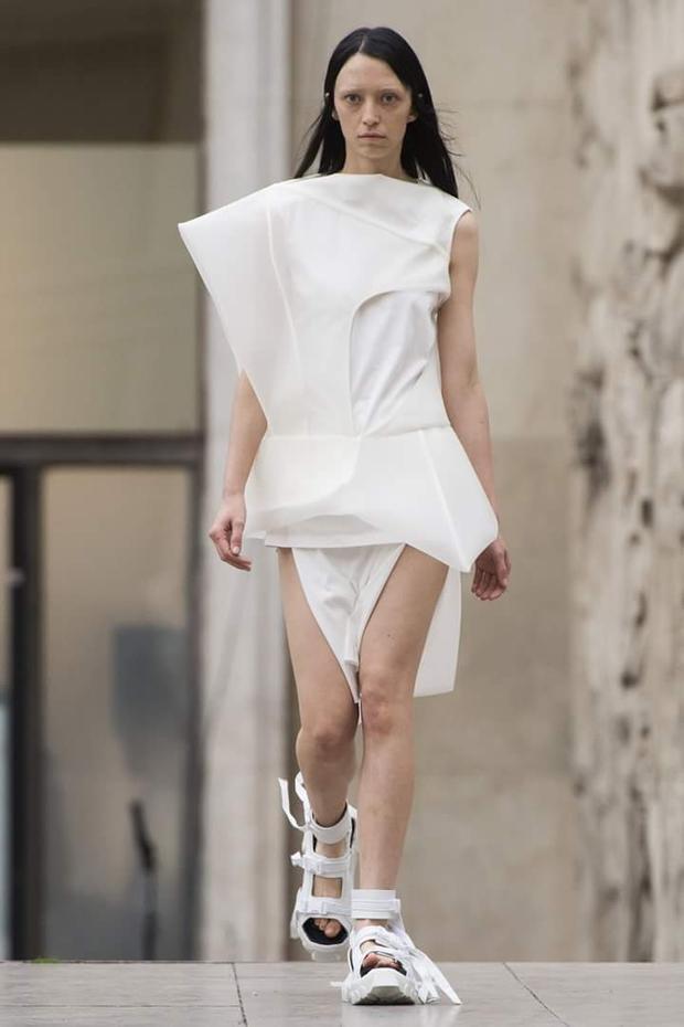 Bộ trang phục lấy hình tượng mảng khối, cách sắp xếp bố cục theo một chủ nghĩa siêu thực.