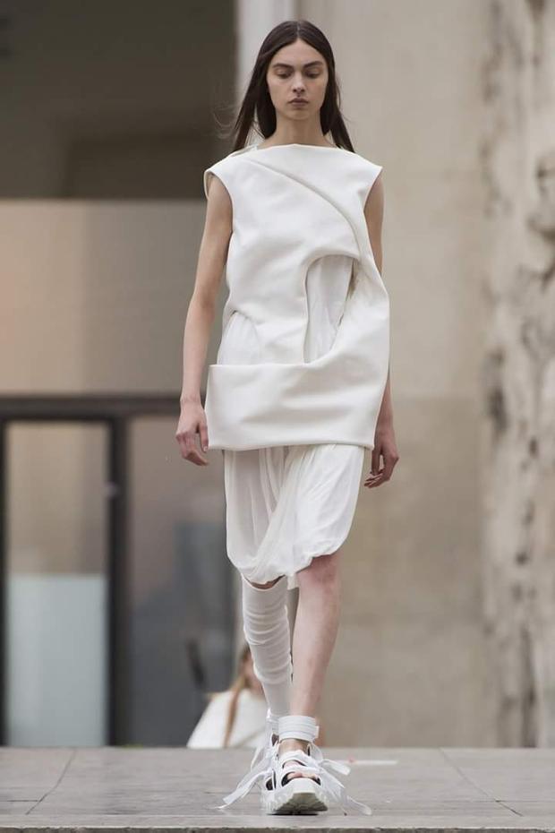 Thiết kế với đường khoét ngay eo, phá vỡ cấu trúc của trang phục thông thường.