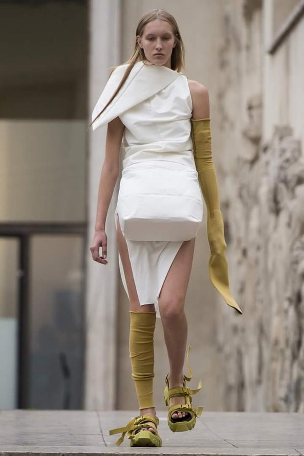 Mẫu thiết kế nhấn khối phần bụng tạo cảm giác như đang mang thai, đi cùng vớ da một bên đeo chân, bên thì mang hẵn lên… tay.