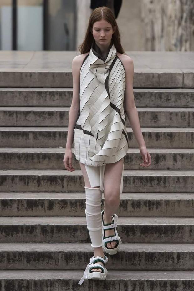 Những bộ trang phục theo khuynh hướng nghệ thuật này chẳng bao giờ dùng để ứng dụng mặc ngoài đường, tất cả như cuộc chơi, thể hiện đam mê, tư duy của tác giả.