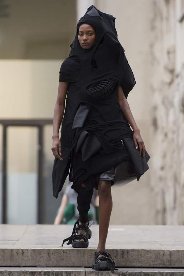 """Hay bộ trang phục này, ông """"trói"""" người mẫu trong một thứ gì đó tựa như """"tổ kén""""?"""