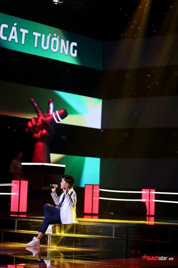 Tâm Hào mở màn ấn tượng với giọng hát khá già dặn và giàu cảm xúc.