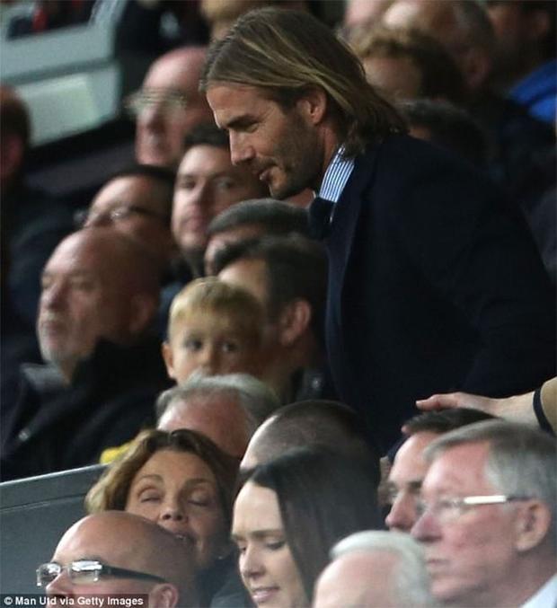 Beckham nhường lối cho người khác qua rồi mới ngồi xuống ghế.