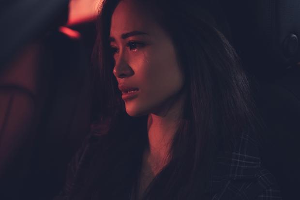 Đông Nhi khóc hết nước mắt vì Ông Cao Thắng trong MV.