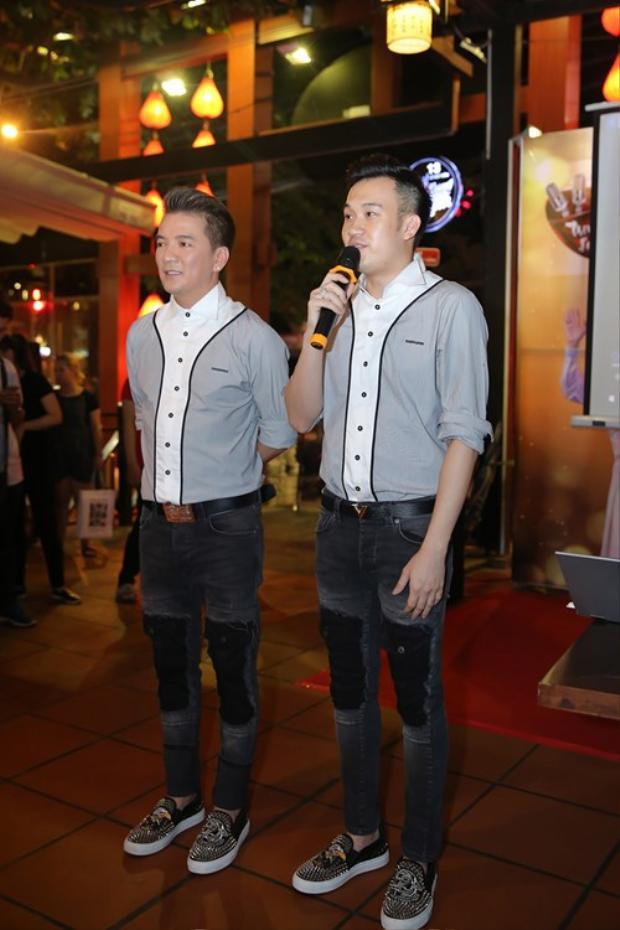 Chán rồi thì chuyển sang sơmi cách điệu, đi cùng quần jean ghép vải và cả giày cũng phải cặp với nhau!