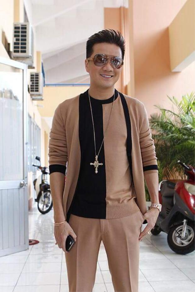 Hoặc có khi cá tính với kiểu áo phối 2 màu nâu và đen, đi kèm cardigan và quần tông màu đất.