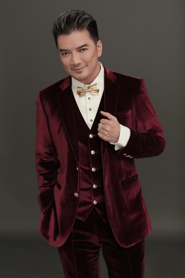 Bên cạnh sơmi, vest cũng là loại trang phục hai ca sĩ thường xuyên sử dụng. Nếu Đàm Vĩnh Hưng lựa chọn vest đỏ chất liệu nhung để tạo nên cái nhìn sang trọng. Điểm nhấn trong cả set đồ là chiếc nơ cài cổ được đặt hàng riêng.