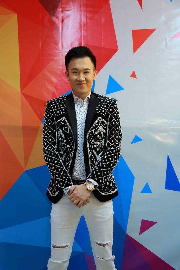 Hoặc cây vest đính kết tỉ mỉ này, layer cùng sơmi chấm bi bên trong, jean rách màu trắng trẻ trung.