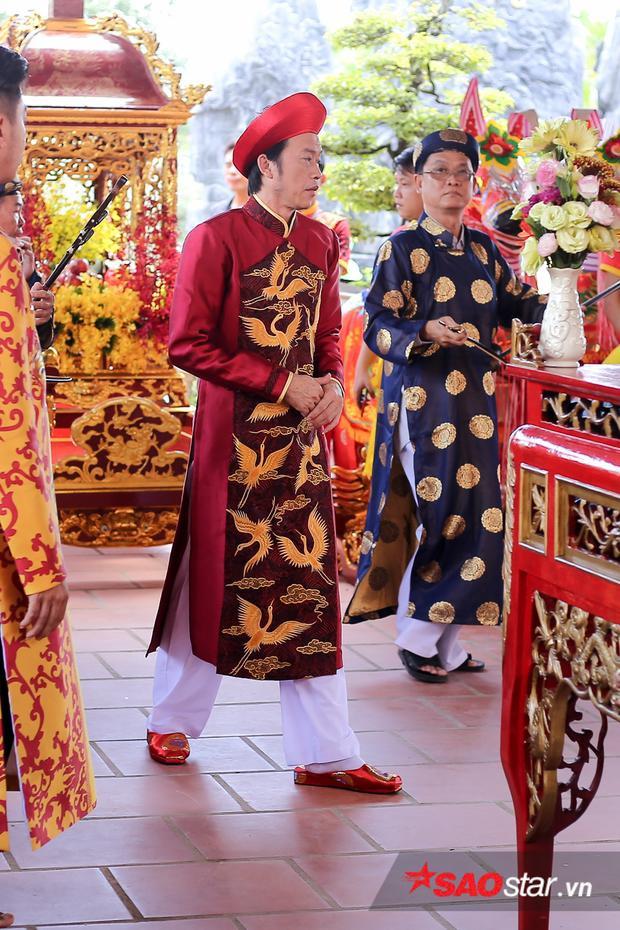NSƯT Hoài Linh kiểm tra mọi thứ chu đáo để buổi lễ dâng hương diễn ra suôn sẻ.