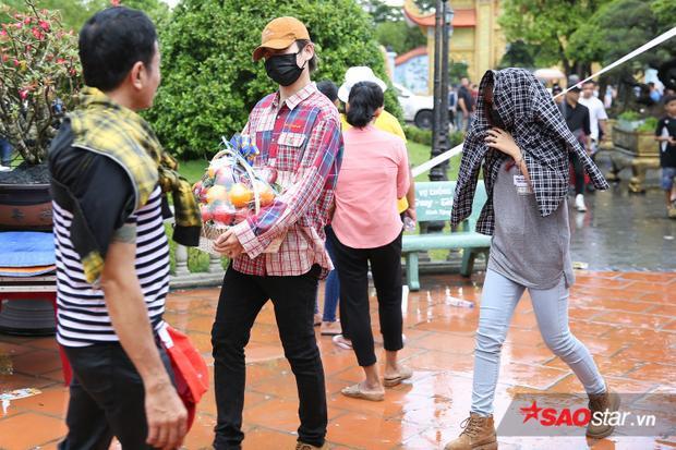 Mặc trời mưa, Khởi My và Kelvin Khánh vẫn tranh thủ thời gian để đi cúng Tổ.