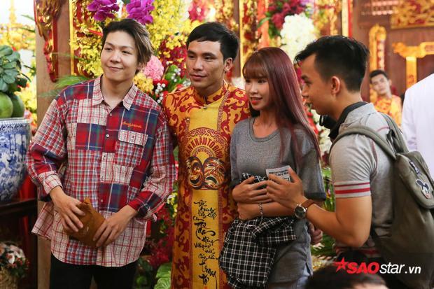 Sau khi dâng lễ, Khởi My và Kelvin Khánh dành thời gian chụp ảnh cùng mọi người.