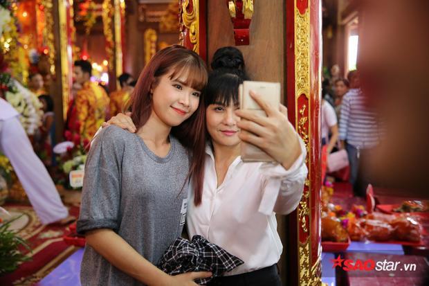 Bị người dân xin chụp ảnh khi đi cúng Tổ, Khởi My  Kelvin Khánh khéo léo từ chối