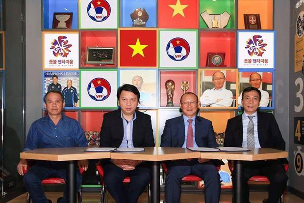 Bầu Đức (người ngồi bên trái ngồi cùng) có mặt ở Hàn Quốc để đàm phán với HLVPark Hang-seo. Ảnh: VFF
