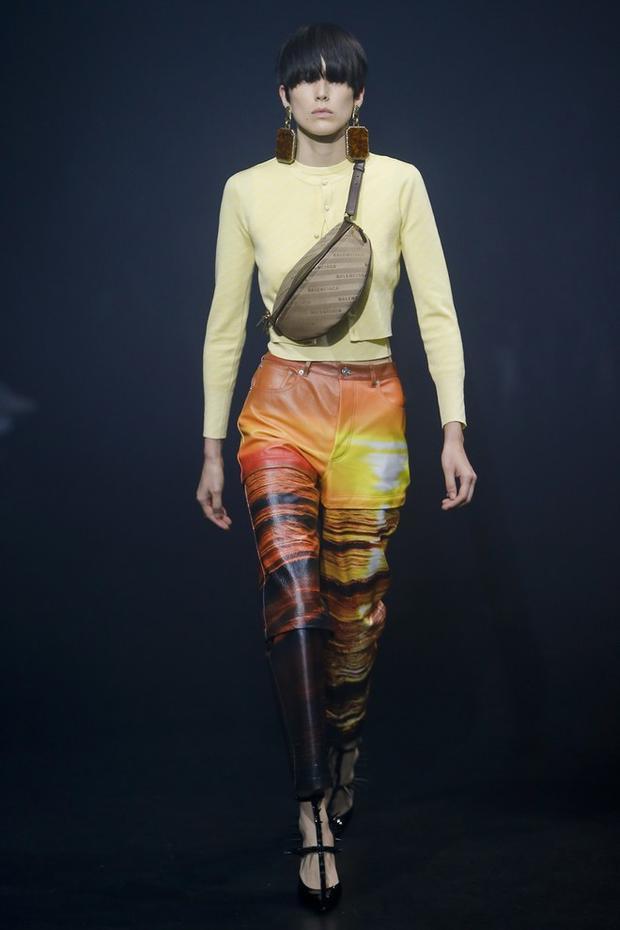 Quần in họa tiết 3D ấn tượng trong thiết kế của thương hiệu Balenciaga